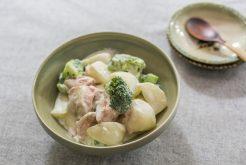 鮭とカブ、ブロッコリーのクリーム煮