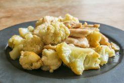 鶏むね肉とカリフラワーのバターナンプラー炒め