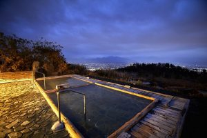 「こっちの湯」は木造りと岩造りの風情ある佇まいで常連に人気