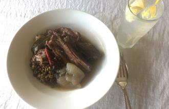 「わたしの晩酌 軟らかく煮たスペアリブとレンズ豆」村山由紀子