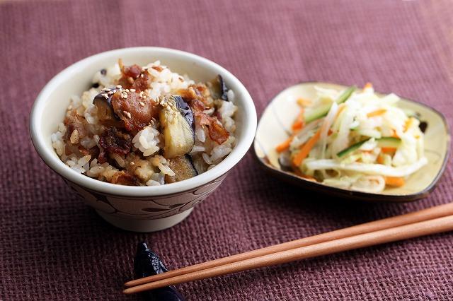 豚肉とナスの混ぜご飯と千切り野菜の酢漬け