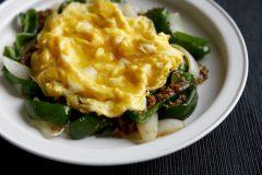 挽肉とピーマン、玉ねぎのオイスター炒め ふんわり卵のせ