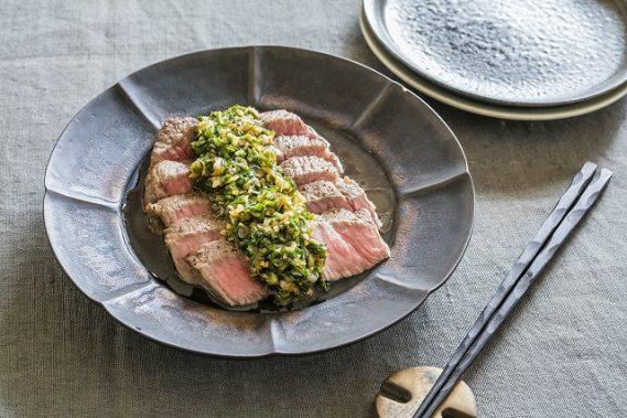 牛肉のステーキ 香草オイルソースがけ