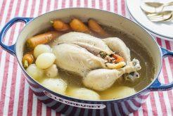 丸鶏とドライフルーツの煮込み